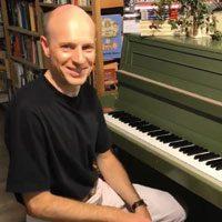 Dirk R. spielt Klavier
